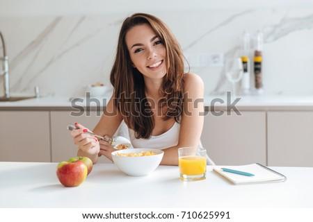 boldog · lány · reggeli · otthon · étel · eszik · emberek - stock fotó © dolgachov