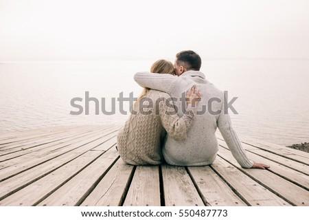 kochający · para · posiedzenia · molo · jezioro · lata - zdjęcia stock © boggy