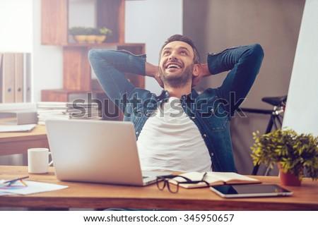 Glimlachend creatieve man laptop werken kantoor Stockfoto © dolgachov