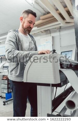 Man groot formaat printer print baan Stockfoto © Kzenon