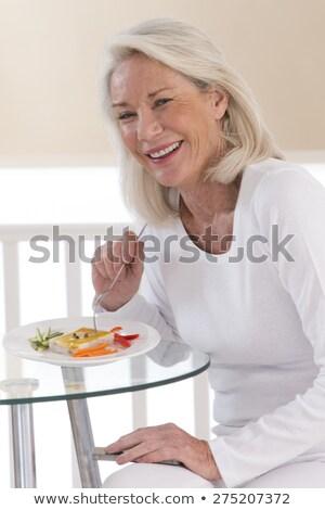 Donna mangiare erba cipollina alimentare erba capelli Foto d'archivio © photography33