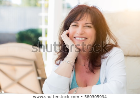 Portrait souriant belle femme isolé gris Photo stock © stockyimages