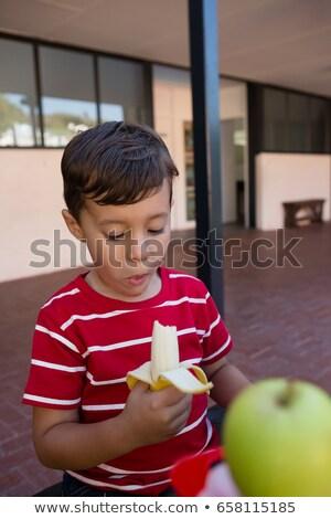 Jongen eten banaan vergadering tabel Stockfoto © wavebreak_media