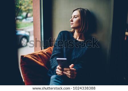 Fiatal nő néz szomorú fiatal felnőtt kaukázusi nő Stock fotó © bmonteny