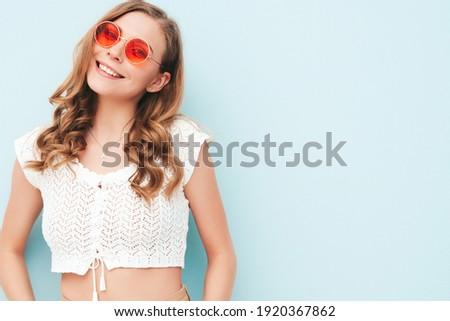 Sexy blond fille posant fleurs Photo stock © amok
