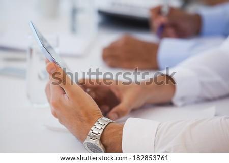 Biznesmen cyfrowe tabletka biurko biuro Zdjęcia stock © wavebreak_media