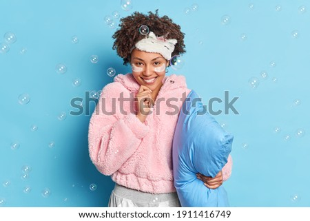 Mulher posando isolado azul parede Foto stock © deandrobot