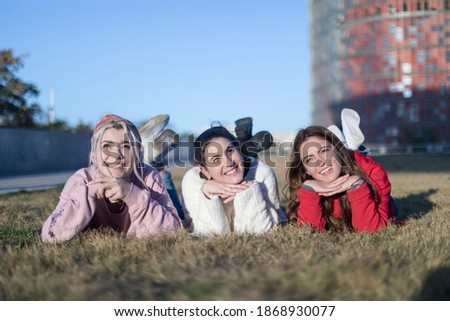 Portrait Of Three Young Woman Lying On A Green Lawn Stockfoto © 2Design