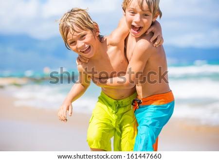 два молодые мальчики тропический пляж счастливым Сток-фото © galitskaya