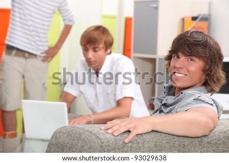 Stockfoto: Drie · mannelijke · ontspannen · home · laptop · vrienden