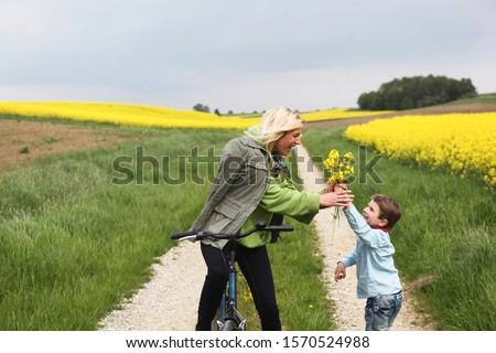 Sarışın kadın yeşil gözleri bakıyor omuz kadın kız Stok fotoğraf © Forgiss