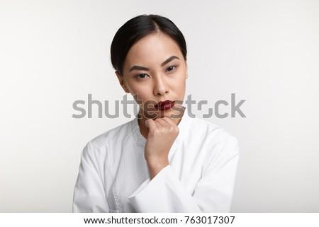 Nadenkend asian vrouw arts verpleegkundige laboratoriumjas Stockfoto © Giulio_Fornasar