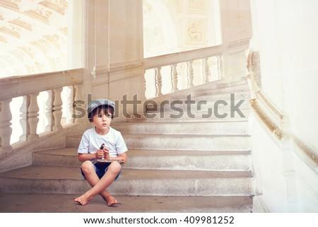 Chłopca posiedzenia lobby cute uśmiechnięty dzieci Zdjęcia stock © meinzahn