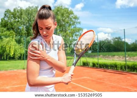 Vrouw gewond sport spel home sofa Stockfoto © Elnur