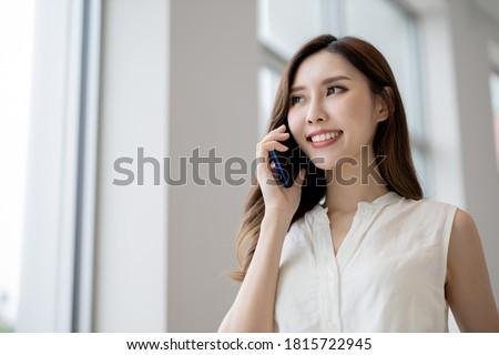 portret · jonge · mooie · zakenvrouw · luisteren - stockfoto © photography33