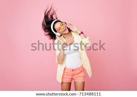 Zenét hallgat nő visel fejhallgató mosoly szemek Stock fotó © jayfish