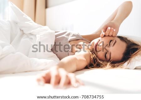 Nő ágy gyönyörű fiatal gyönyörű nő pihen Stock fotó © hsfelix