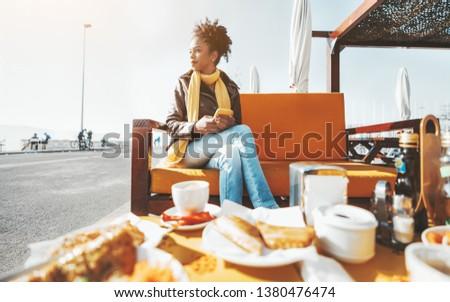 Elöl kilátás afroamerikai gyönyörű nő kávé mobiltelefon Stock fotó © wavebreak_media