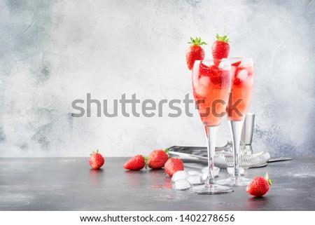 Stock fotó: üveg · eper · fény · asztal · ital · friss