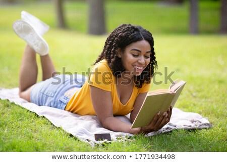 Vrouw lezing interessant boek dame Maakt een reservekopie Stockfoto © konradbak