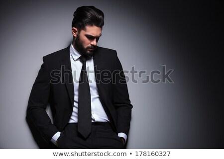 Elegante joven mirando hacia abajo Foto Foto stock © feedough