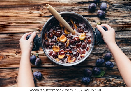 fraîches · juteuse · organique · prune · feuille · verte · isolé - photo stock © yelenayemchuk
