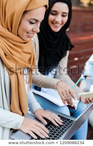 Znajomych Muzułmanin siostry kobiet posiedzenia odkryty Zdjęcia stock © deandrobot