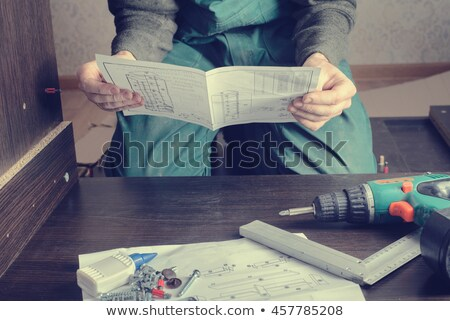 Perplexe homme lecture directives Pack meubles Photo stock © monkey_business