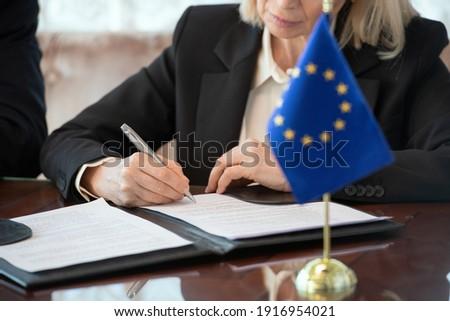 Geschäftsmann Schließen viel Studium Vertrag Sitzung Stock foto © wavebreak_media