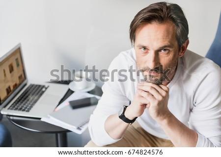 Işadamı oturma koltuk düşünme adam kalem Stok fotoğraf © imagedb