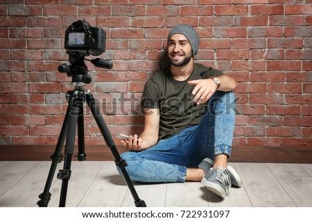 Masculina vídeo blogger cámara casa Foto stock © dolgachov