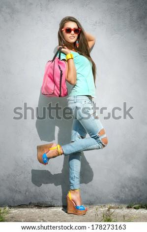 Glimlachend brunette dame handtas vrouw geïsoleerd Stockfoto © stepstock