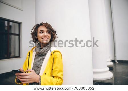 mulher · celular · caminhada · rua · mulher · jovem · centro · da · cidade - foto stock © deandrobot