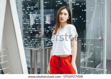 Jonge schoonheid poseren stad stedelijke vrouw Stockfoto © Lopolo