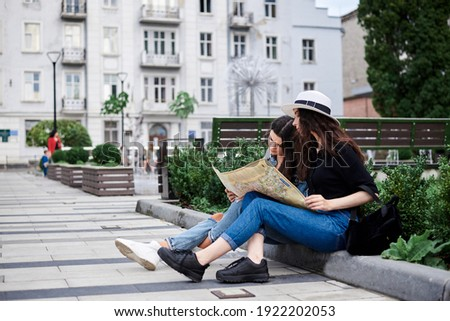 Dois jovem viajante mochila mapa Foto stock © Freedomz