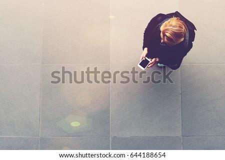 Női diák mobiltelefon folyosó főiskola nő Stock fotó © wavebreak_media