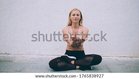 Bacaklar oturma rahatlatıcı tırmanma uygulama Stok fotoğraf © pressmaster