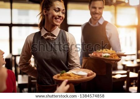 Pincér adag étel vásárlók étterem nő Stock fotó © wavebreak_media