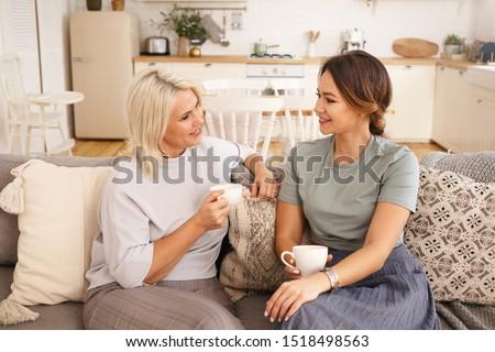 улыбающаяся женщина Кубок кофе домой портрет женщину Сток-фото © wavebreak_media
