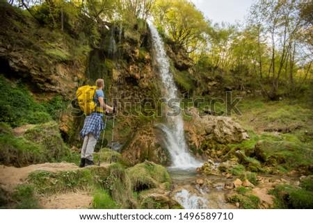 Jonge wandelaar naast berg waterval knap Stockfoto © boggy