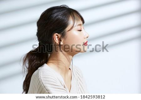 Kobieta sztuki słuchawki malarstwo kobiet Zdjęcia stock © zzve