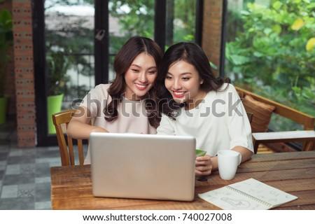 Donna utilizzando il computer portatile carta bianco computer felice Foto d'archivio © wavebreak_media