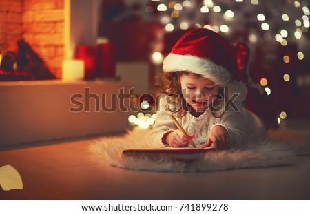 Petite fille écrit Noël liste maison Photo stock © dolgachov