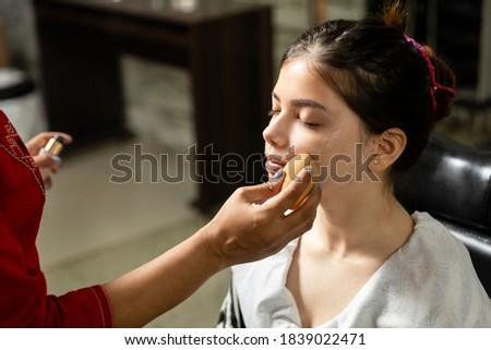 mujer · maquillaje · esponja · hermosa - foto stock © andreypopov