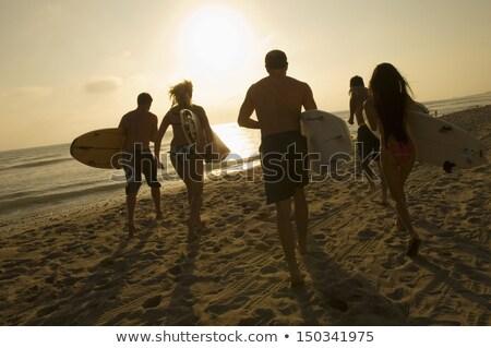 Vista posteriore giovani maschio surfer tavola da surf Foto d'archivio © wavebreak_media