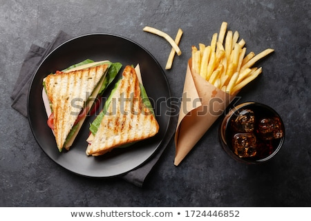 Sanduíche de três andares cola vidro beber gelo fast-food Foto stock © karandaev