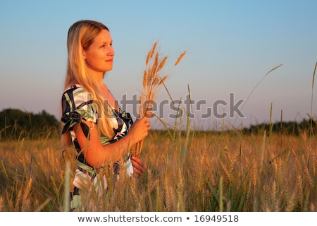 jonge · vrouw · veld · vrouw · hemel · voedsel · glimlach - stockfoto © Paha_L