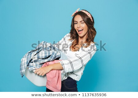 肖像 · 笑顔の女性 · 洗濯物かご · 笑みを浮かべて · 若い女性 - ストックフォト © wavebreak_media