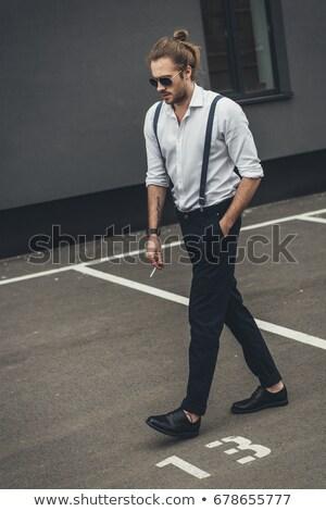 iş · adamı · aşağı · genç · aşağı · bakıyor · parmaklar - stok fotoğraf © feedough