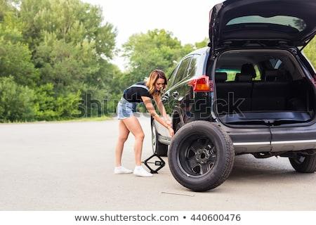 Mulher roda ajudar serviço quebrado mecânico Foto stock © Nobilior